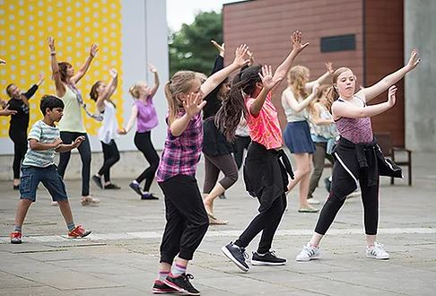 Young people dance with MÓTUS in Milton Keynes
